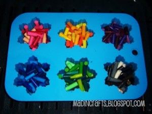 Recycle those crayon pieces!Diy Kids Cheap Crafts, Melted Crayons, Crayons Parties, Cheap Kids, Stocking Stuffers, Kids Stockings, Stockings Stuffers, Diy Kids Gift Ideas, Make Your Own Crayons