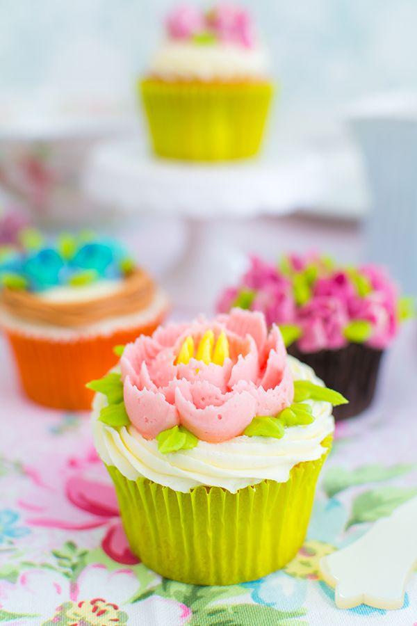 Cupcakes decorados con boquillas rusas En el vídeo de esta semana os muestro cómo decorar unos cupcakes con flores.