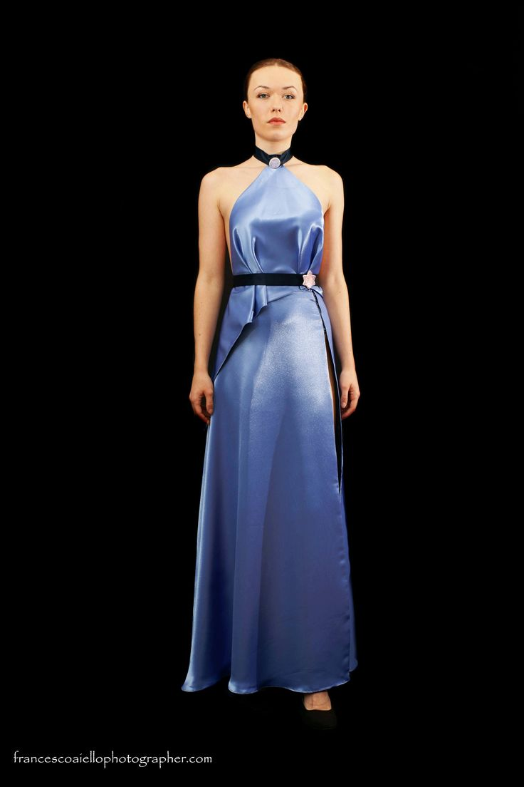 Un color original y diferente para este conjunto de top y falda de raso que no dejará a nadie indiferente. Detalles pintados a mano en el cuello y cinturón. 570€