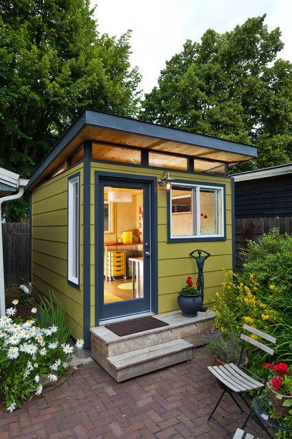 Ein kleines, modernes, flachdaches, gelbes Gartenhaus