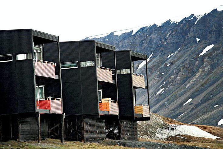 Større, moderne boliger skal forvandle Svalbard til et stabilt familiesamfunn. Men funkis og fortetning får blandet mottagelse.