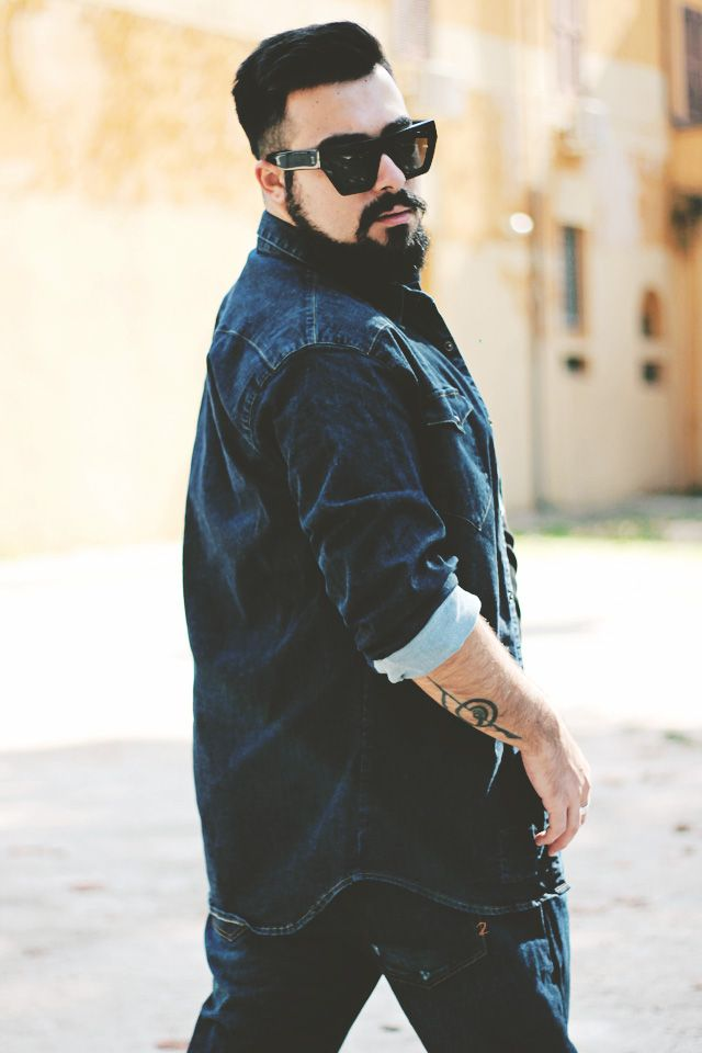 "L'outfit di Riccardo, Guy Overboard • Fashion Blogger, abbina i Baggy destroyed jeans modello ""Japan"" alla camicia denim ""Kuster"""