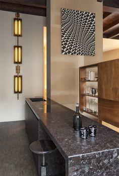 La cuisine d'un appartement milanais aménagé par Vincenzo De Cotiis © Julian Hargreaves. Granit brun antique poli