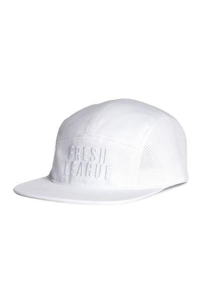 Șapcă de sport din bumbac: Șapcă de sport din bumbac, cu broderie în față, cu plasă de ventilare pe laterale și cu închizătoare reglabilă din plastic la spate.