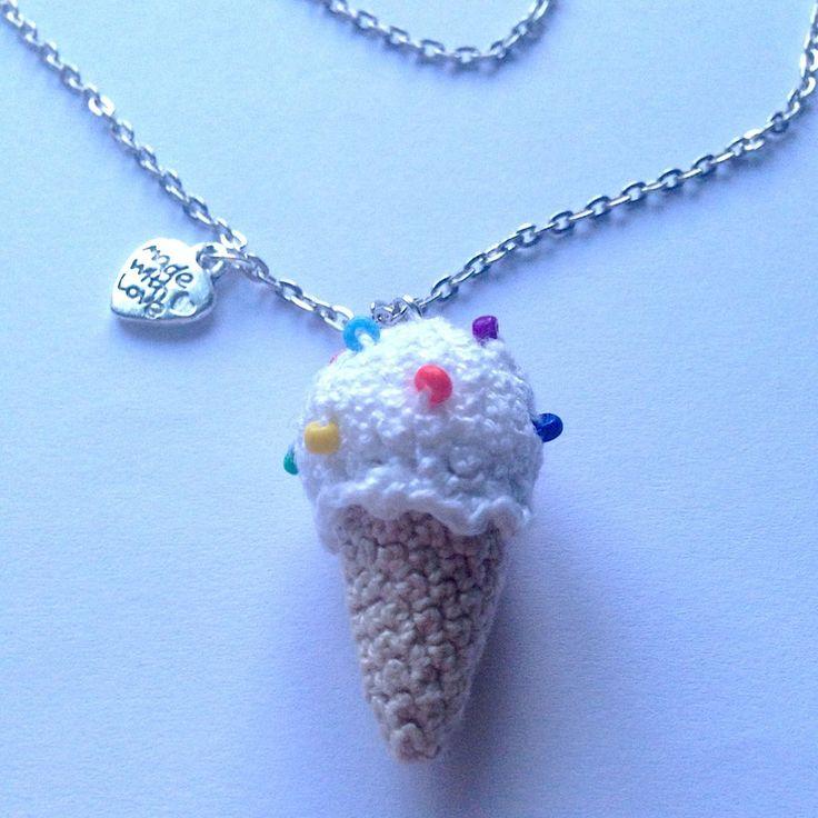 Collana lunga con cono gelato goloso amigurumi fatto a mano all'uncinetto con perline colorate, by La piccola bottega della Creatività, 8,50 € su misshobby.com