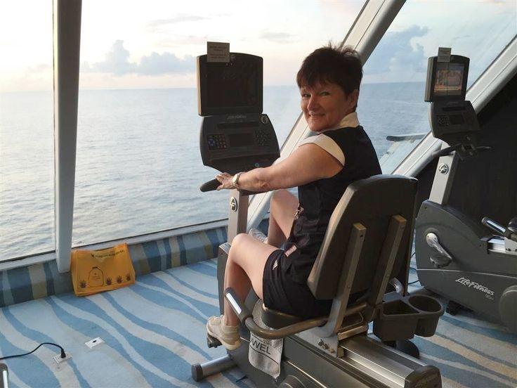 2015.04.15-18   Colombótól Singapore-ig, 3 nap a tengeren   Most itt az idő, megint relaxálni kicsit, feldolgozni az elmúlt napok élményeit, hiszen 3 napig megállás nélkül hajózunk végső célunk, Singapore felé.   Így aztán van egy kis idő megint arról beszélni, hogy milyen is ilyenkor itt a hajón az élet.   Reggel...