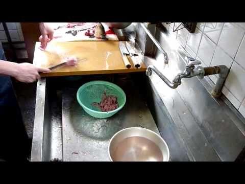 氏家鯉店・まな板の上から始まる鯉料理【鯉のあらい】 - YouTube