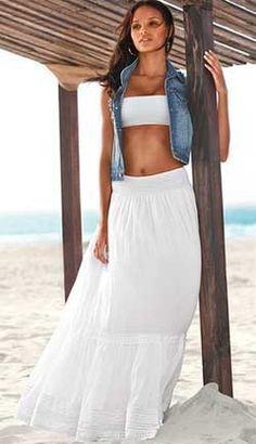 Какая роскошная длинная юбка! Обязательно сшейте такую для лета по нашей выкройке юбки на резинке - белый цвет оттеняет загар и притягивает взгляды!