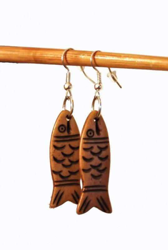 Oorbellen vis yakbot  Mooie oorbellen gemaakt van de yakbotten. Origineel, duurzaam en een culturele highlight! Verras jezelf of een ander met deze mooi oorbellen. Geleverd met rubberen achterkantjes. www.goodroots.nl