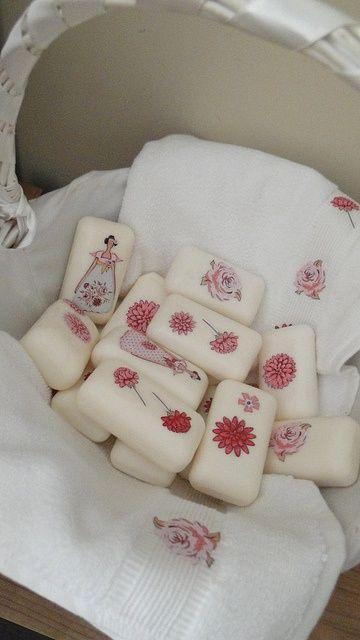 デコパージュというと欧米では家具や雑貨のデコレーションが主流ですが日本では石鹸にデコパージュを施したスタイルが人気です。バスルームや洗面所などのインテリアに、またかわいい贈りものにとさまざまな用途で楽しめるデコパージュ石鹸をご紹介します。