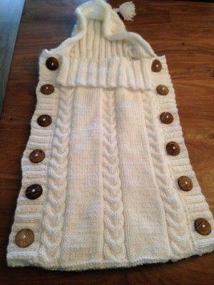 Trappelzak gemaakt door mijn moeder. Patroon is in mijn lookbook trappelzak te vinden. hij is langer geworden we hebben daarom 9 bollen wol gebruikt, 12 knopen en een extra rand langs de muts gemaakt.