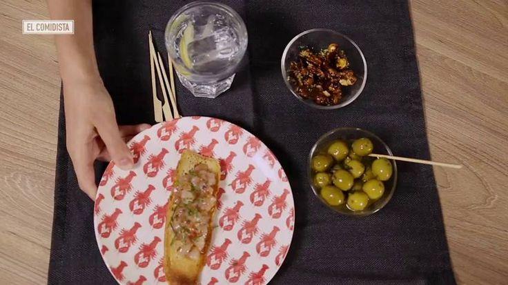 El gin tonic no sólo es para la noche  en su versión media, funciona también para el aperitivo. Aprende a prepararlo acompañado de unas aceitunas tuneadas, unos frutos secos con curry y un pincho de gambas.