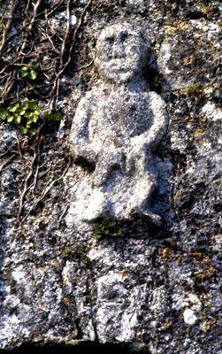 Fra det vestlige Irland, i County Clare, over en kirkedør i Killinaboy Church, findes en tilsvarende Sheela (fotograf: J.E Walkowitz, Wikimedia Commons)