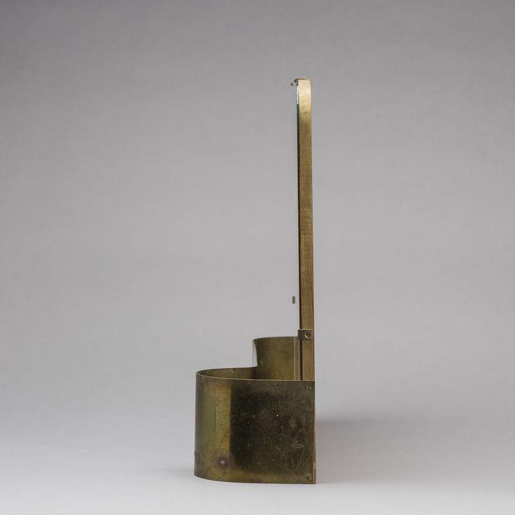 SPEGEL 1930/40-tal. Rektangulär form med rundade hörn, nedtill hylla med mässingskant. Längd 46, höjd 37 cm.