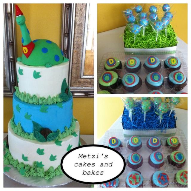 Dinosaur theme party: cake,  cake pops and cupcakes