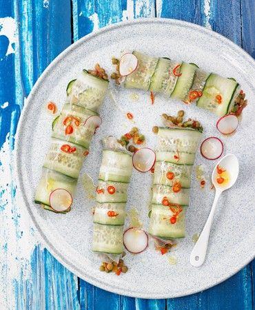 Rollitos-de-papel-de-arroz-y-pepino-rellenos-de-lentejas-y-verduras-crudas
