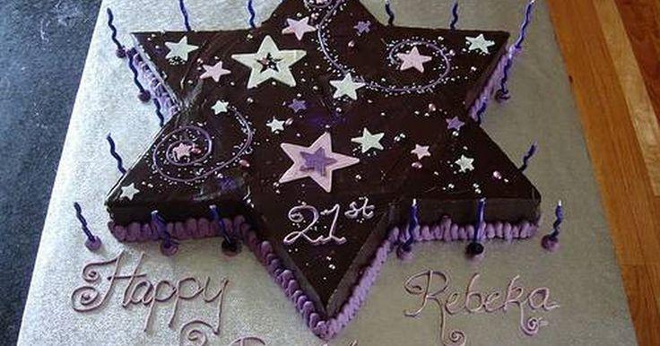 Como fazer um bolo em formato de estrela. Bolos em formato de estrela são populares em aniversários. A maneira mais fácil de assar um bolo em formato de estrela é usando uma fôrma de bolo em formato de estrela. No entanto, se a fôrma em formato de estrela não estiver disponível, é fácil criar uma estrela a partir de dois bolos redondos, cortando os bolos em um pentágono e em triângulos, e ...