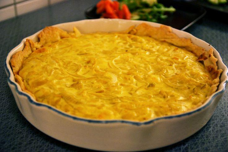 Inte helt olik en västerbottenpaj, men full med god lök och lagrad ost. http://intebarasallad.se/lokpaj-med-lagrad-ost/