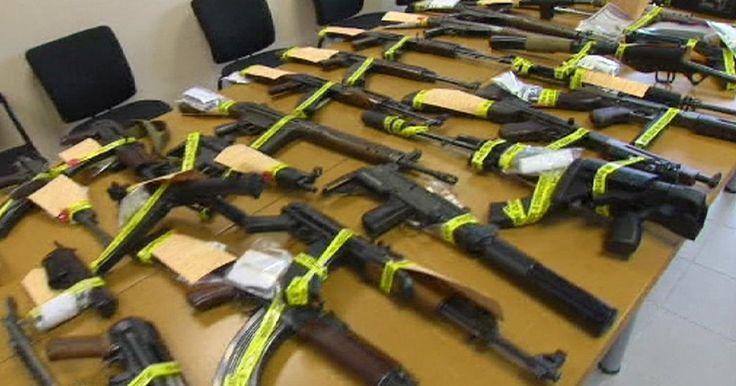 Alors qu'au Front national, on brule des voitures et qu'on fait du trafic d'armes sans se préoccuper des retombées pour la sécurité nationale, Marion Maréchal Le Pen et Marine Le Pen osent s'offusquer des mesures prises par l'État. Qu'elles commencent...