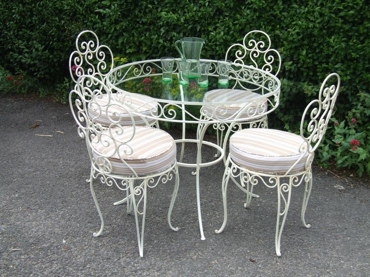 G175 - Vintage French Wrought Iron Conservatory / Patio / Cafe Table And 4 Chairs Set - La Belle Étoffe