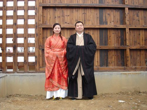 """""""Hanfu"""" dress is becoming increasingly popular for traditional weddings among China's ethnic Han. 漢服 or Hanfu, literally translates to """"Han Chinese clothing""""."""