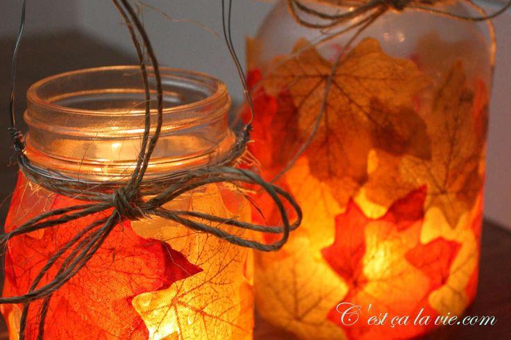 Voici un bricolage simple à réaliser pour l'automne. Vous pourrez allumer ces lanternes à l'intérieur comme à l'extérieur. Illuminées, elles ajouteront un petit réconfort chaleureux à votre décor! Voici le matériel pour réaliser une lanterne automnale: Un pot masson (format au choix) Colle Mod Podge Un pinceau Des feuilles d'automne (artificielles ou naturelles). Ici, j'ai opté pour des feuilles artificielles,