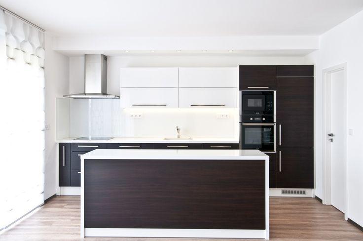 Moderní kuchyňská linka, jejíž majitelé vsadili na čistý a jednoduchý design.