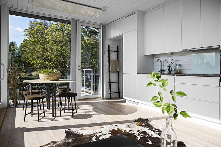 Kitchen in Scandinavian Summerhouse #sommarnojen #scandinavia #architecture #interior #sommarnöjen #summerhouse #kitchen #skandinaviskdesign #skandinaviskarkitektur #sommarhus #fritidshus #naturmaterial #kök