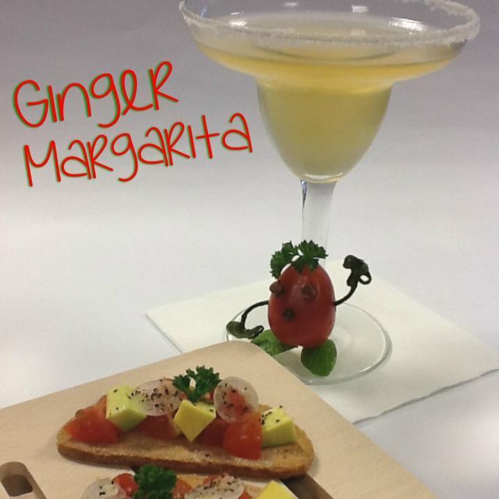 """Cocktail Alcolico """"Ginger Margarita"""": Ingredienti: Tequila (1 ½ oz ) Orange Curaçao ( ½ oz) Simple Syrup allo Zenzero ( ½ oz ) Succo di Lime ( ½ oz )  Tecnica di preparazione: Shake & Double Strain. Versare tutti gli ingredienti in uno shaker, agitare energicamente e filtrare con uno strainer e un passino a maglie fini nella coppa precedentemente raffreddata.  Bicchiere: Coppa Margarita.  Guarnizione/Accompagnamento: Guacamole Bruschetta…"""