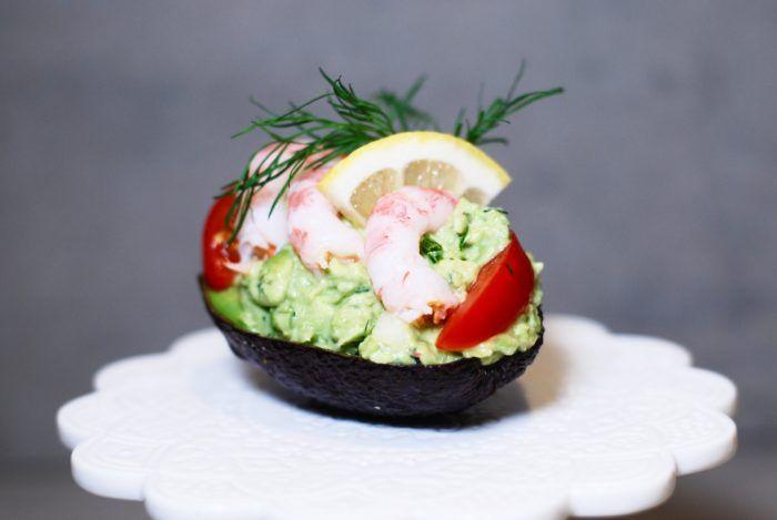 Denna förrätt är min absoluta favorit.. Fylld avokado med räkor, så GOTT!! En riktig helg-hit och mitt definitiva förstahandsval till förrätt på Alla Hjärtans Dag ♥ Det är galet gott, enkelt att göra