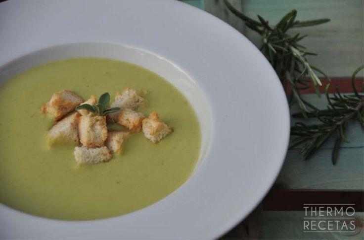 Fácil crema de verduras hecha con calabacín y judías verdes. La nata líquida le da una textura cremosa y el pan un toque crujiente.