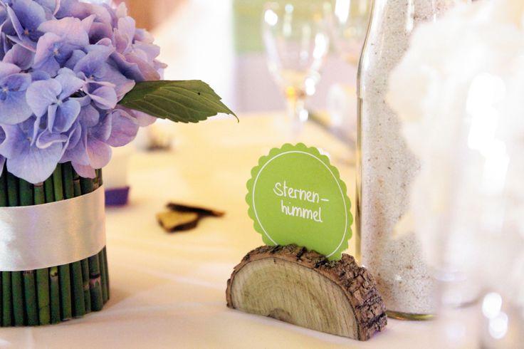 natürlich-moderne Hochzeitsdekoration in lila-violett, grün und weiß
