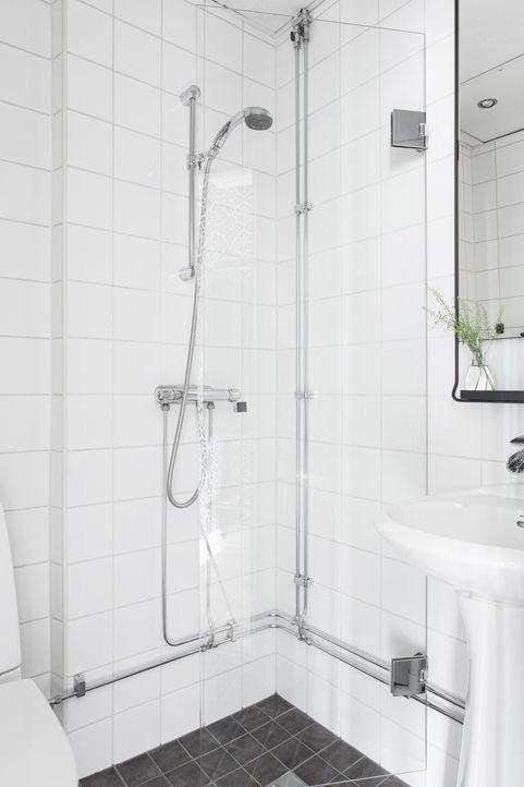 <3 Renoverat badrum med vikbar duschvägg av glas