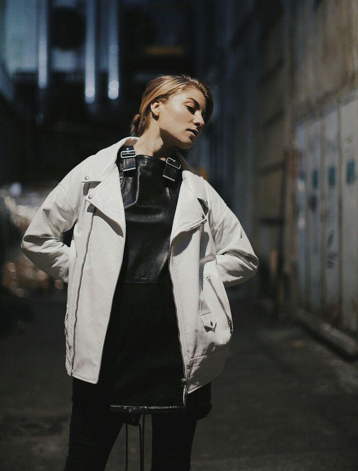 Lisa Banholzer von Blogger Bazaar stylt ihre weiße Lederjacke über ein Lederkleid von Diesel Black Gold. Mehr zu dem Leder Layering Look mit der Bikerjacke aus Mailand gibt es auf dem Blog:   http://www.blogger-bazaar.com/2017/02/27/diesel-black-gold-mfw/  Mailand Berlin Streetstyle Blogger
