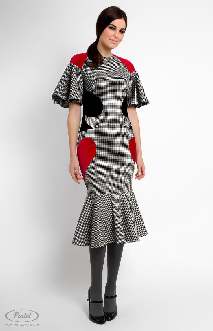 Приталенное платье из эластичного хлопка с расклешённым коротким рукавом. Отделка фигурными элементами из хлопкового бархата по бокам. Круглый воротник. Молния на спине. Без карманов и без подкладки.