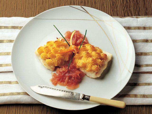 Levrek Ogreten ve Karamelize Kırmızı Soğan  Kaynayan tuzlu suda patatesleri 40 dakika haşlayın. (Zaman kazanmak için düdüklü tencere kullanabilirsiniz.) Haşlanmış patateslerin kabuğunu soyduktan sonra bir kapta ezerek püre kıvamına getirin. İçine yumurta sarıları, 1 çorba kaşığı doğranmış maydanoz, bir tutam tuz, karabiber, 1 çorba kaşığı rendelenmiş parmesan peyniri ve…