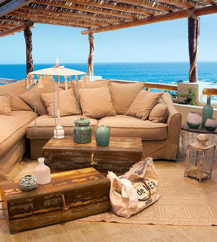 """În fotografie se feresc de soare următoarele: masa de cafea şi cuferele """"Mansarde"""", o geantă retro şi canapeaua """"Bakersfield"""". Marea în fundal, pentru contrast."""