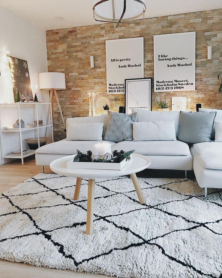 Kerzenschein, ein gutes Buch und ein super bequemes Sofa. So entspannen wir an den kalten Wintertagen am liebsten! Für warme Füße sorgt der kuschelige Handgetufteter Teppich Cotswold im angesagten Beni Ourain Look. // Wohnzimmer Teppich Sofa Dekoration Ideen Deko Kerzen Lichterkette Kisse Leuchte Weiss Winter#WohnzimmerIdeen#Wohnzimmer #BeniOurain @3elfenkinder
