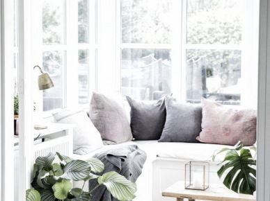 Relaksujące siedzisko z poduchami w oszklonej werandzie (52934)