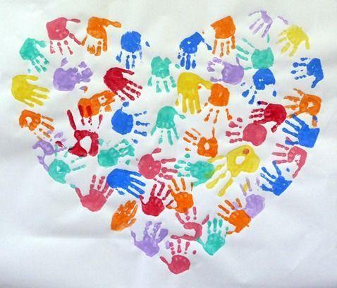 un coeur géant rempli des mains de toute la classe.