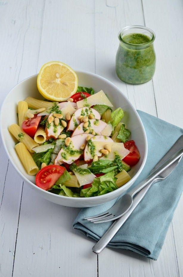 Gezonde maaltijdsalade met pasta, kip en een lekkere pesto dressing. Makkelijke Maaltijd