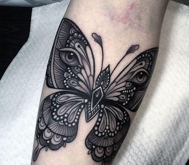 Flo Nuttall - Itália - Tatuagem de Borboleta Blackwork no Braço                                                                                                                                                                                 Mais