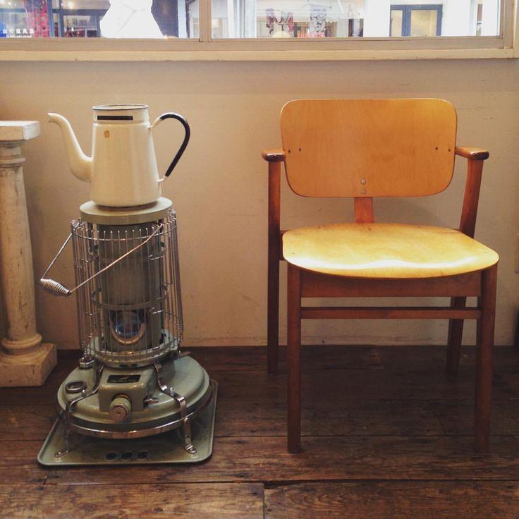 Domus Chair. / Ilmari Tapiovaara  1946年 学生寮ドムス・アカデミカの為にイルマリ・タピオヴァーラがデザインしたドムスチェア。 座面が広くゆったりと座れるから長時間座っていてもずっと心地よい。 これからの季節、暖かい部屋でゆっくりと読書をしたり、映画を観たりとこの椅子に座って冬時間を楽しむのはいかがですか? #shozo #shozocoffee #shozorooms #domuschair #アラジンストーブ