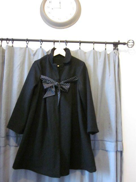 Manteau noir en laine bouillie noué d'un lien de coton noir à petits pois blancs (1)