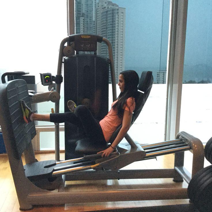 Ejercicio en prensa. Excelente máquina para trabajar los músculos de las piernas.