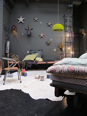 sleep space. I love the gray walls and the stars, the unicorn on the wall is awesome too. and the soft colors for the bedding. Encontrado en elinteriordeana.blogspot.com
