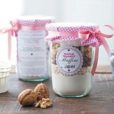 Sie sind auf der Suche nach einer süßen Geschenk-Idee? Eine Backmischung im Glas eignet sich bestens als Präsent für Zuckerschnuten. So wird's gemacht.