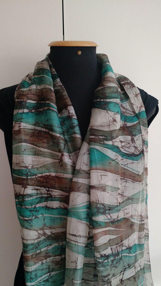 Linda echarpe de seda pongé 5, pintada à mão, com a técnica  milenar do batik, em tons de branco, marrom e aquamarine. Ideal para compor um visual arrojado e contemporâneo. Pode ser usada de várias formas.
