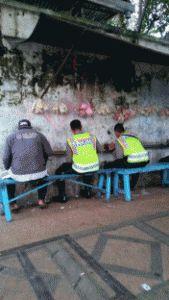 Makan Bareng Warga Di Trotoar Dua Petugas Polresta Ingin Dekat Dengan Rakyat