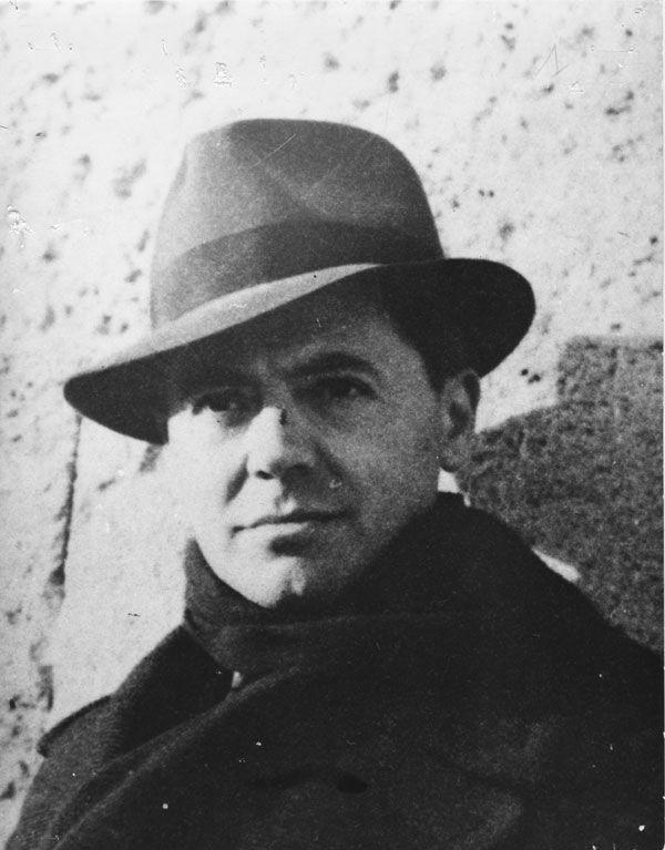 Du début de 1941 et pendant 6 mois, JEAN MOULIN s'installa à Marseille. Il prit ses quartiers à l'Hôtel Moderne, en bas de la Canebière, et noua des contacts avec Frenay, Combat et autres réseaux émergents. Depuis l'été 1940, la ville portuaire était en effet devenue le point de ralliement de ceux qui allaient bientôt être les grands personnages de la Résistance.